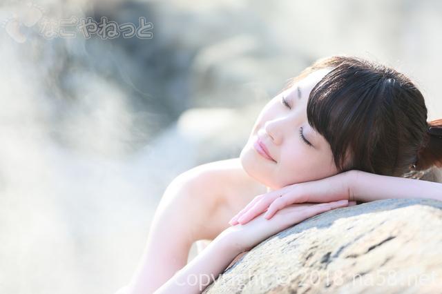 温泉イメージ、露天風呂でくつろぐ若い女性