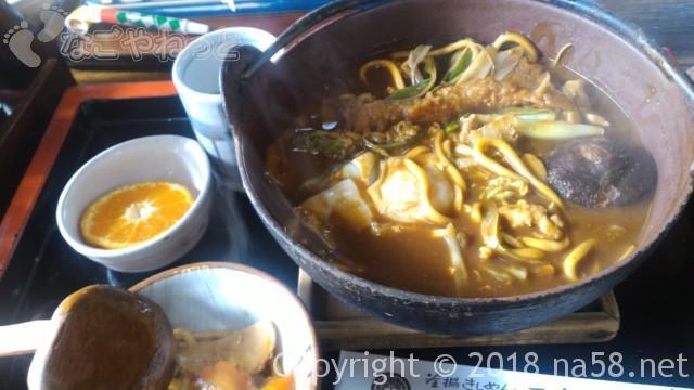 「三角屋」愛知県あま市七宝町の味噌煮込みうどんスペシャル食べている途中