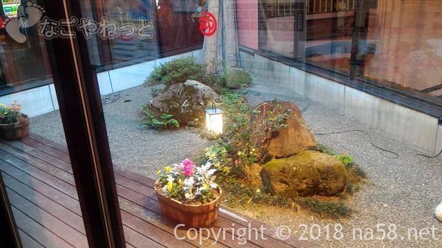 和合温泉「湯楽」無料お休みどころから見える中庭