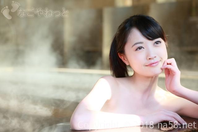 露天風呂でくつろぐ若い女性画像