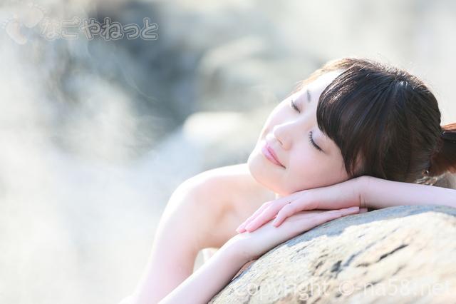 露天岩風呂でくつろぐ若い女性