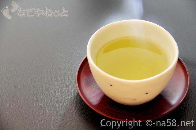 入浴前の水分補給、温かいお茶の画像