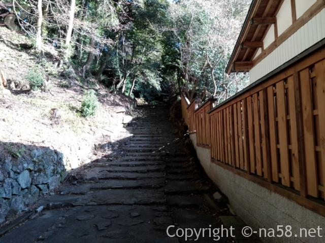 源敬公廟への登坂(定光寺)