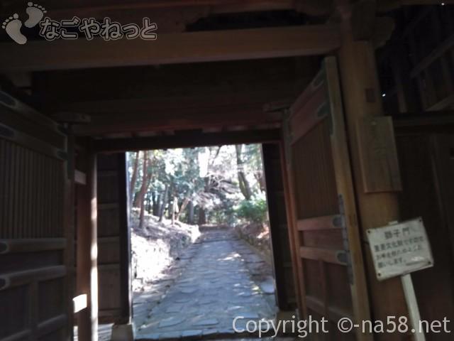 源敬公廟への登坂(定光寺)最初の門