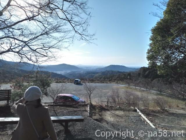定光寺(瀬戸市)の展望台にある駐車場とそこからの眺め