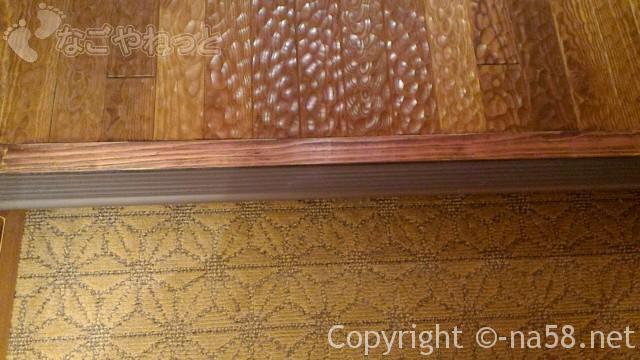 竜泉寺の湯名古屋守山本店 受付から降りる階段と床模様