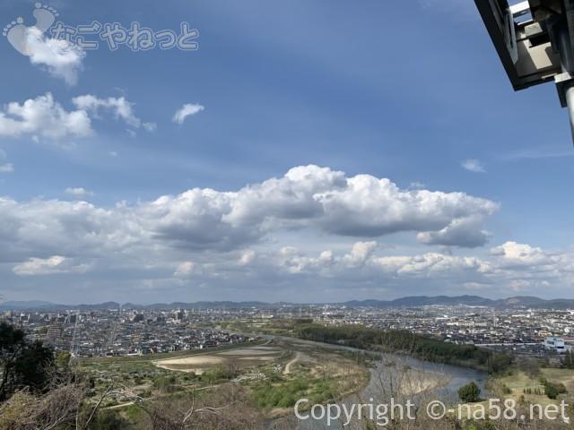 「天空スパヒルズ」竜泉寺の湯・名古屋守山本店、露天風呂からの絶景景観(駐車場より)