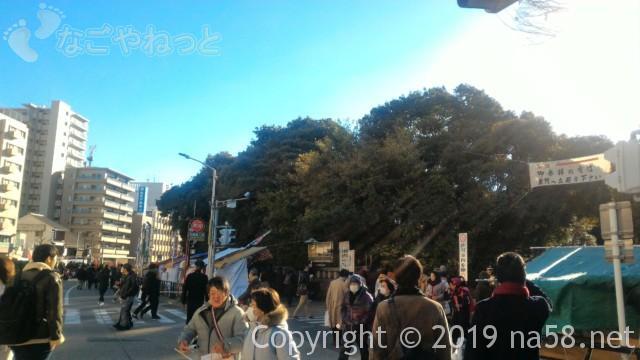 熱田神宮の正月、東門前の道路は車通行止め(歩行者天国に)
