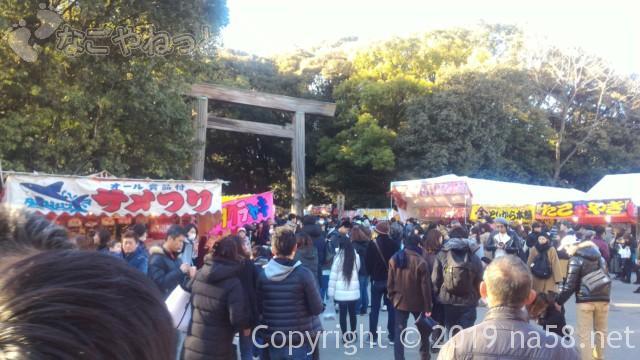 熱田神宮の正月、東門はいってすぐの様子、屋台と混雑する人出(1月3日)