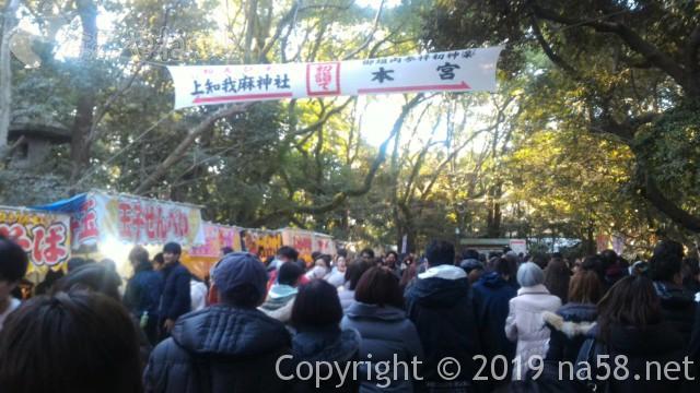 熱田神宮の正月、東門からすすんで中央の参道への広い道のり