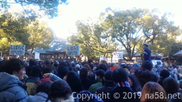 熱田神宮正月3日の初詣の混雑、参拝までの待ち時間30分、交通整理のおまわりさんたち