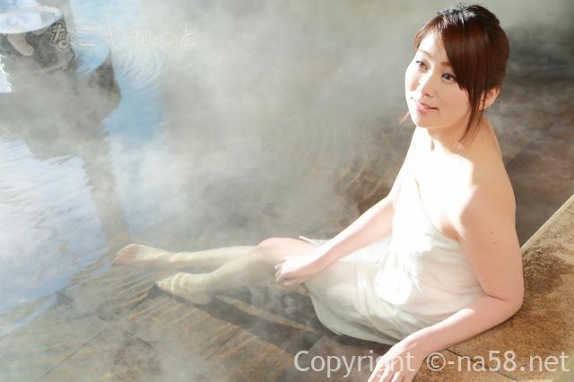 若い女性が温泉にはいってくつろぐ画像