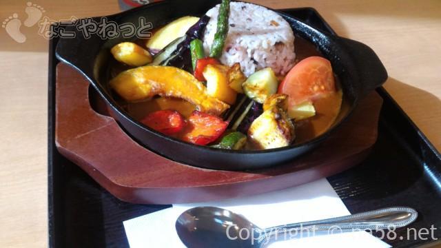 みどり楽の湯の食事処「楽然」の色どり野菜の雑穀カレー