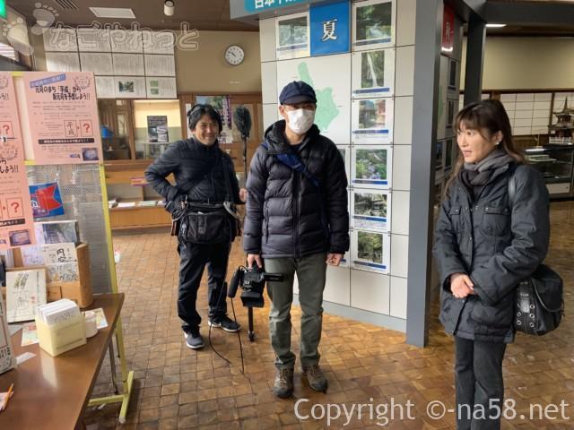 道の駅平成でインタビュー中のフジテレビの三人の方
