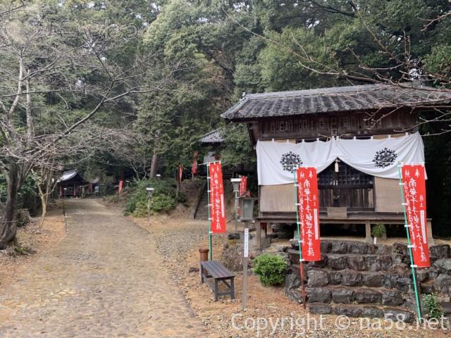 日龍峯寺、高澤観音、駐車場から境内へ、お堂