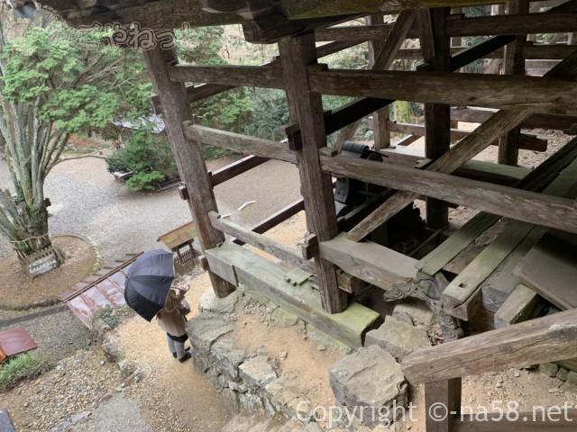 日龍峯寺(高澤観音)の本堂への階段と本堂の骨組