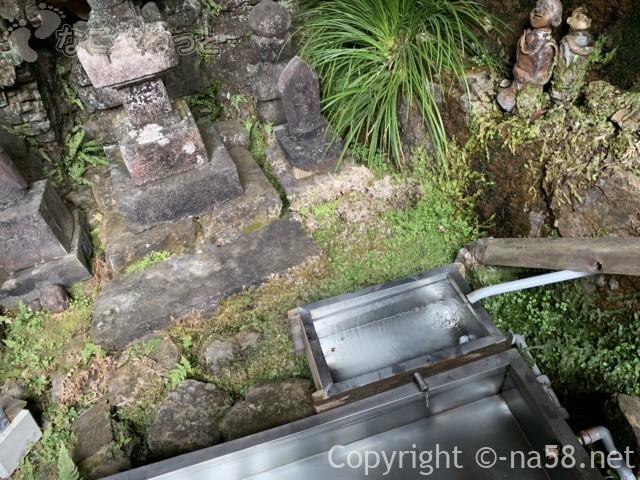 日龍峯寺(高澤観音)の本堂裏の「みたらしの霊水」