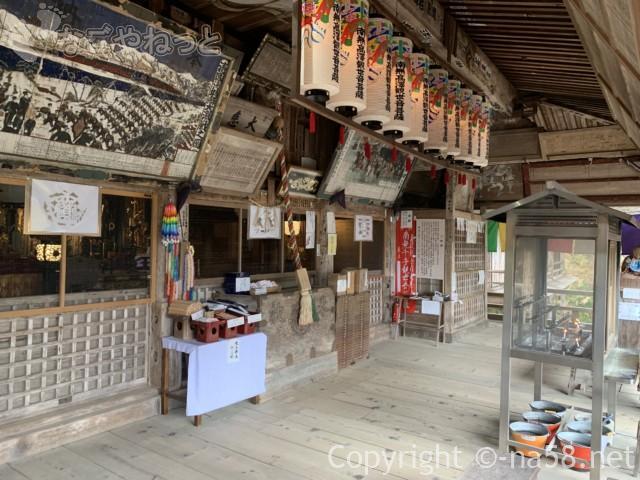 日龍峯寺(高澤観音)の本堂でおまいり