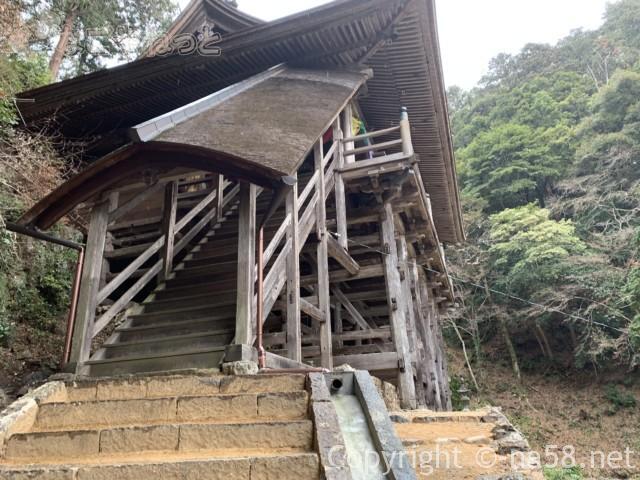 日龍峯寺(高澤観音)の本堂から降りる階段