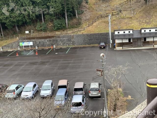 ほほえみの湯(上之保温泉)の一番近い駐車場から下の広い駐車場を見たところ