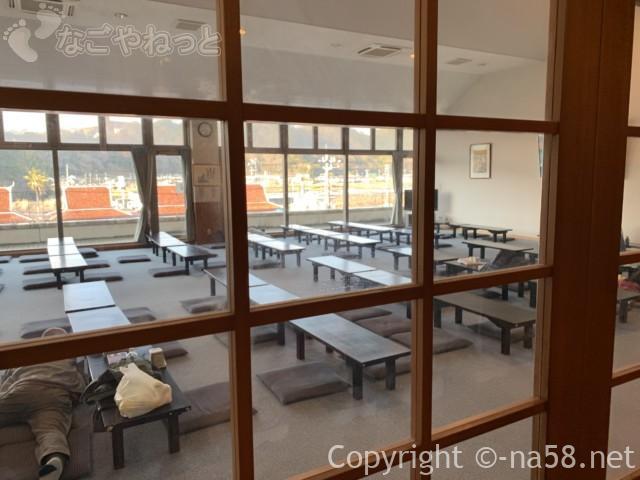 百笑いの湯、二階の大広間、畳敷き休憩所