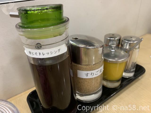 名古屋駅のエスカ地下街の矢場とん、備え付けの薬味三種類とドレッシング