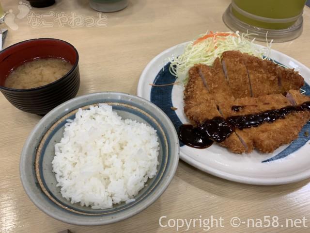 名古屋駅のエスカ地下街の矢場とん、わらじとんかつ定食、半々