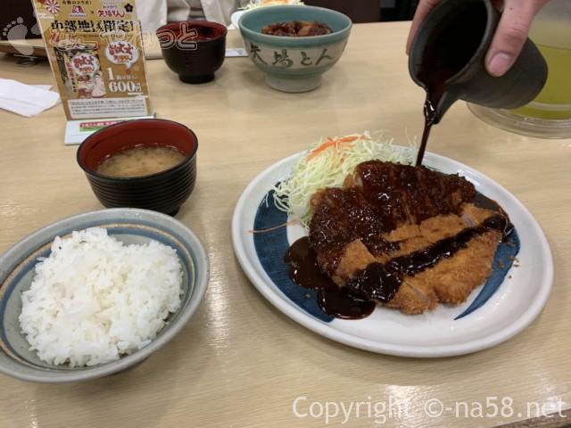 名古屋駅のエスカ地下街の矢場とん、わらじとんかつ定食、半々に秘伝のソース