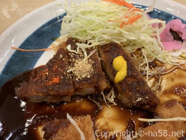 名古屋駅のエスカ地下街の矢場とん、わらじとんかつ定食、半々に薬味をつけてもうまい