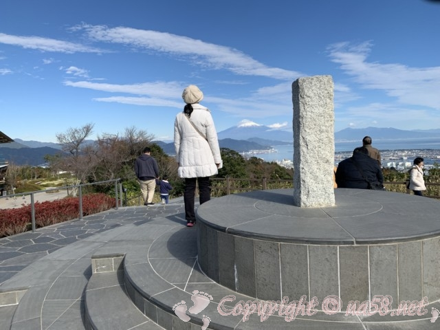 日本平夢テラス(静岡県静岡市)屋外のモニュメントからの眺望