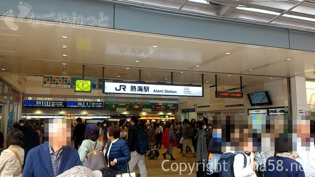 JR熱海駅駅前の混雑201903