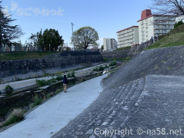 山崎川親水公園、水遊びができそうな川岸