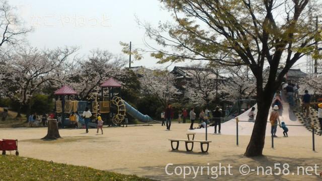 蛇池公園の遊具で遊ぶ子供たち