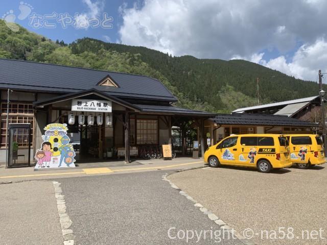 郡上八幡駅(岐阜県郡上市)駅舎正面、観光タクシー