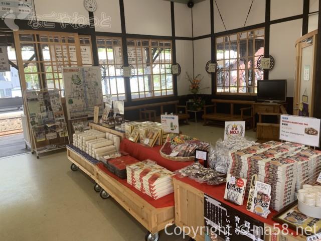 郡上八幡駅(岐阜県郡上市)の構内、土産物売り場