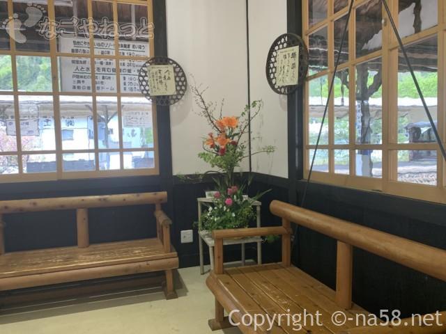 郡上八幡駅(岐阜県郡上市)の構内、待合の椅子と壁飾り