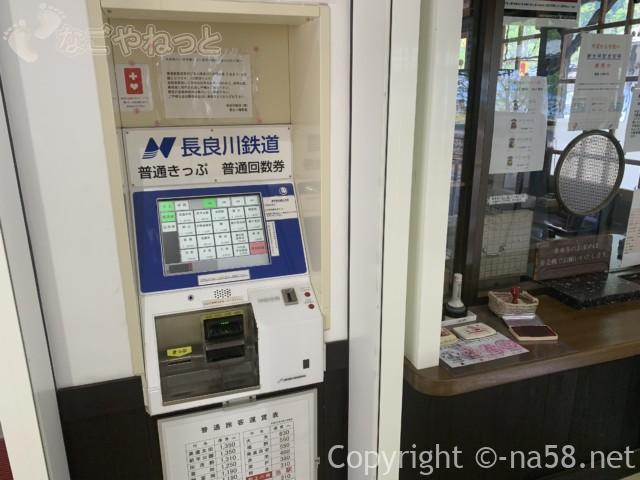 郡上八幡駅(岐阜県郡上市)の構内、長良川鉄道の切符売り場