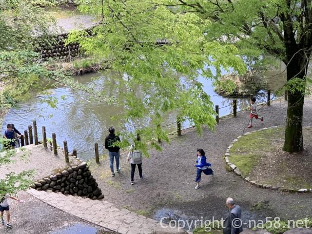 道の駅「明宝」(岐阜県郡上市)の渡り廊下から磨墨の里公園をみる