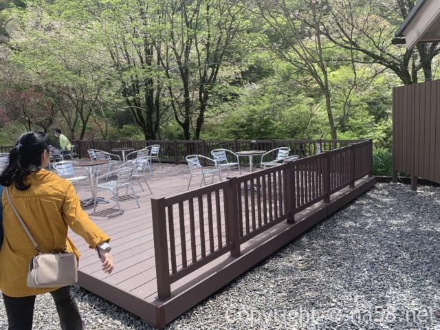 道の駅「明宝」(岐阜県郡上市)屋外デッキでのテーブルと椅子