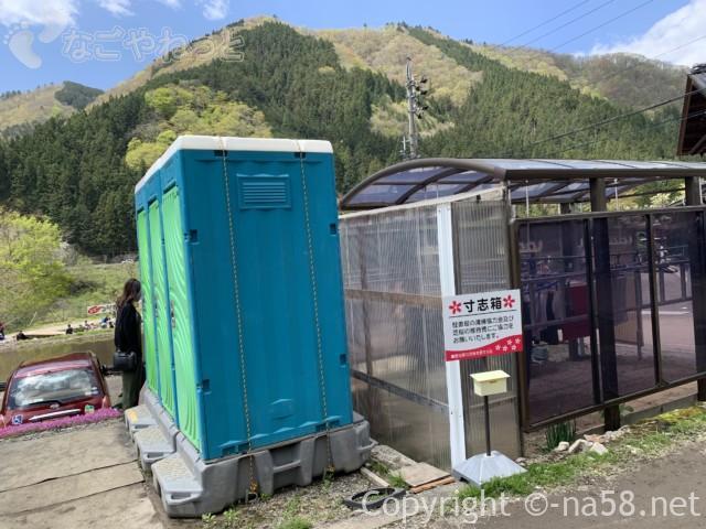 國田家の芝桜(岐阜県郡上市)、仮設トイレ数か所