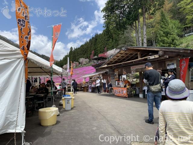 國田家の芝桜(岐阜県郡上市)、駐車場からのアプローチに露店あり