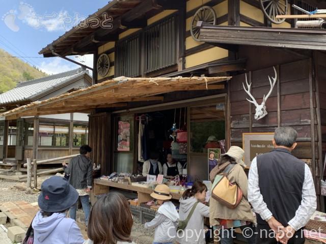 國田家の芝桜(岐阜県郡上市)、土産物店