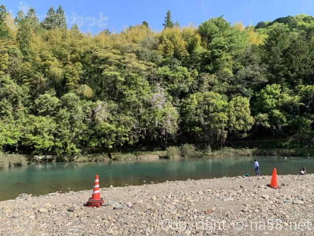 道の駅平成、令和元年5月2日もにぎわう、臨時駐車場が川沿いにも設置されて