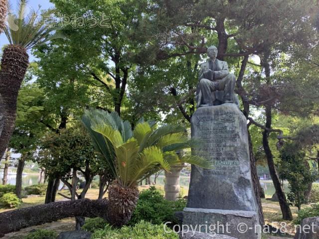 尾張津島藤まつり(愛知県津島市)天王川公園の中の島、津島出身の詩人野口米次郎の像