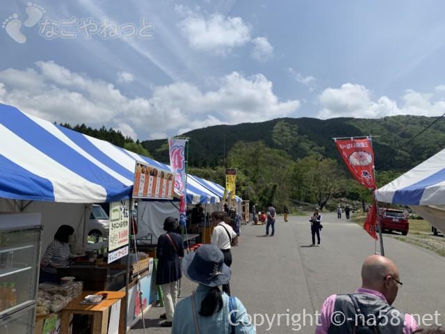 いなべぼたんまつり(三重県いなべ市)飲食コーナーにテントの屋台がずらり