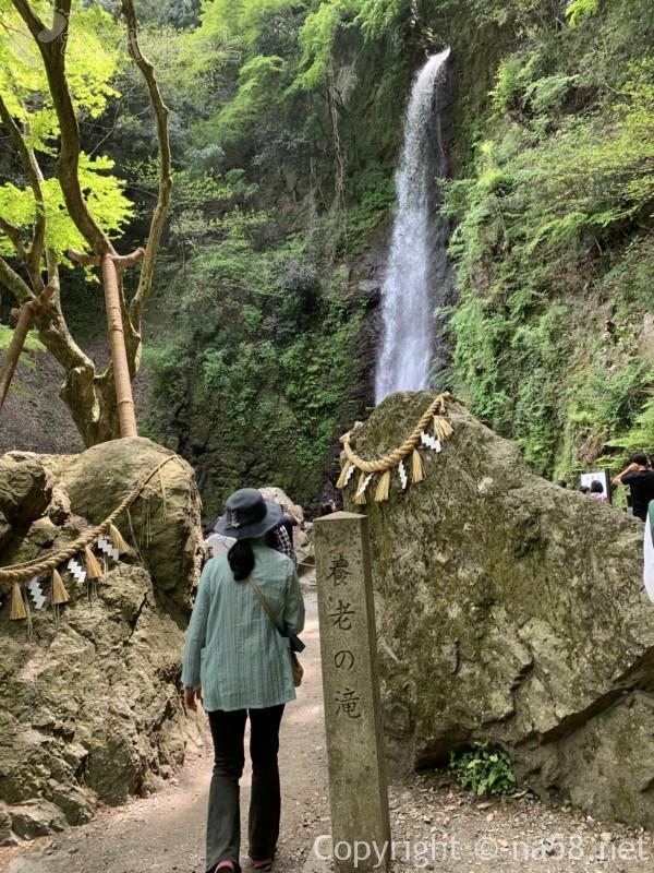 養老の滝(岐阜県養老郡養老町)の石碑と養老の滝目の前