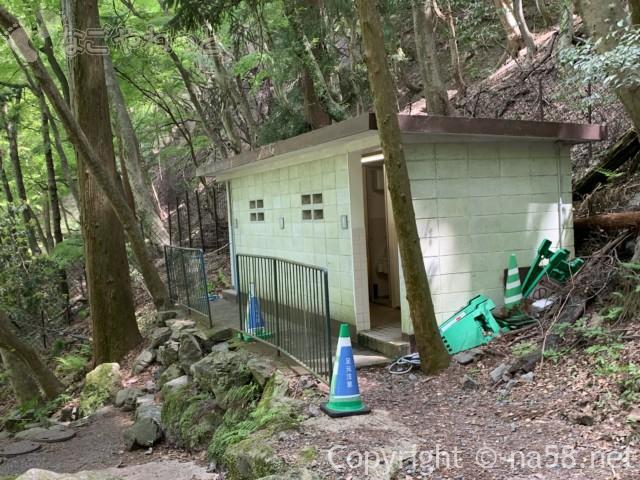 養老の滝(岐阜県養老郡養老町)養老神社へ向かう道にあるトイレ