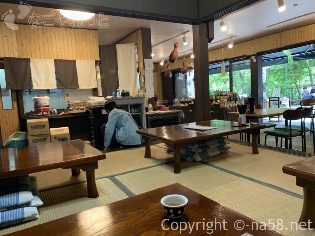 養老の滝(岐阜県養老郡養老町)の養老神社のふもとの飲食店「清水」店内