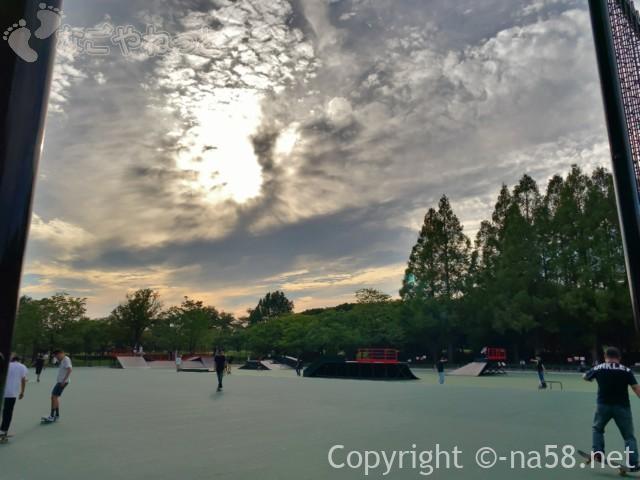 庄内緑地(名古屋市西区)スケートパークで練習するみなさん