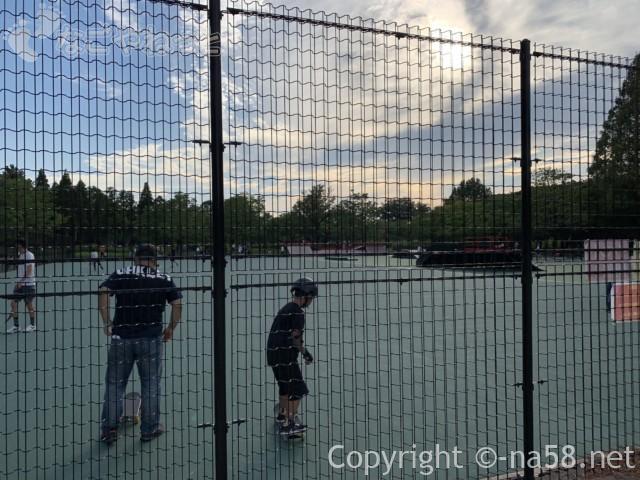 庄内緑地(名古屋市西区)スケートパークで練習中の親子